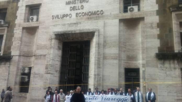 UN MOMENTO DELLA PROTESTA PACIFICA ALL'ESTERNO DEL MiSE di Roma (13 aprile 2017)