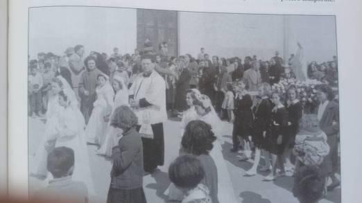 1950-Anno Mariano-Processione Parrocchia Stella Maris-Nella foto don Nicola Angiulli e bambine della prima comunione
