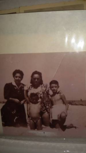 Anni '40-Spiaggia di Rimini-La sig.ra Gianni Maria, madre di Bartolo D'onofrio insieme a Iole Melotti-Lucio Dalla e Bartolo D'Onofrio