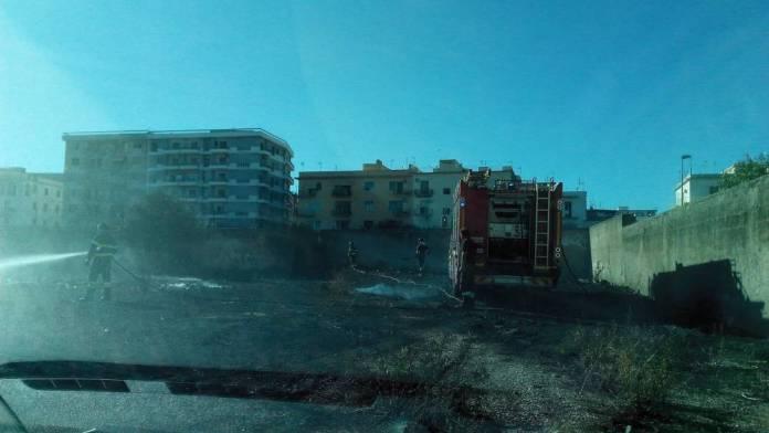 Manfredonia, incendio all'interno ex Consorzio Agrario (FOTO)