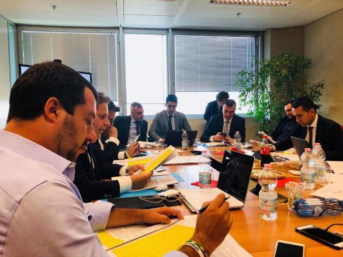 Il segretario federale della Lega Matteo Salvini (S) con il capo politico del M5S, Luigi Di Maio (D), durante il vertice al Pirellone, in una immagine pubblicata sul profilo Twitter di Salvini, 12 maggio 2018.