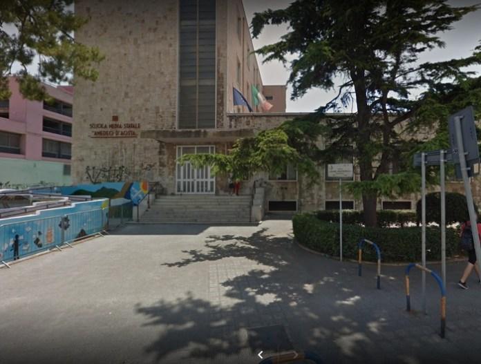 Uomo accoltellato davanti ingresso scuola a Bari