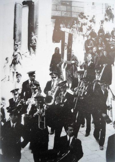 Anni '30-Corso Roma-Manifestazione 4 Novembre con la banda cittadina e le vedove dei caduti in guerra.
