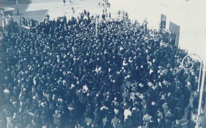 COPERTINA-Anni '50-Piazza Duomo.Riti di Perseveranza durante la Quaresima-Sul palchetto, il Quaresimalista - l'arc. Cesarano - e Cristo in Croce