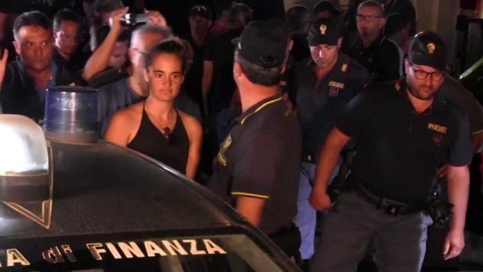 Comandante Carola arrestata tra applausi e insulti