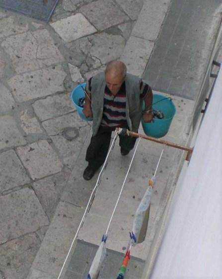 Anni '90-Manfredonia -Venditore di capperi di Mattinata in via Maddalena-al grido-uheeee! i chiapparine...