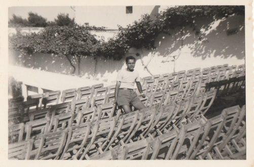 Galleria cinema Impero- Il giovane Lorenzo di Staso intento alla pulizia delle sedie