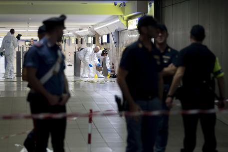 Agenti della polizia scientifica al lavoro alla stazione Tiburtina dove un uomo ha accoltellato un vigilante poi lo ha disarmato e si è ucciso con la sua pistola, Roma, 26 settembre 2019. ANSA/MASSIMO PERCOSSI