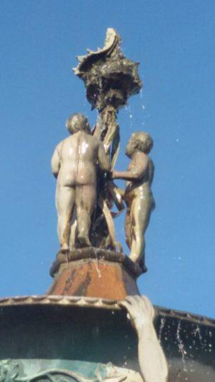 Fontana Piscitelli-I tre putti -pu caperròne-
