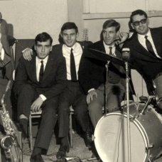 Anni '60- Musicisti sipontini con il cantante Luciano Gatta-archivio Tonino Racioppa