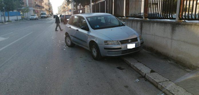 Sinistro stradale nella notte a Manfredonia, lungo Via Scaloria. Per cause in corso di accertamento, un'autista ha perso improvvisamente il controllo del proprio mezzo, urtando contro una Fiat Stilo parcheggiata lungo la citata via. L'urto ha provocato danni al mezzo parcheggiato (ph SQ)