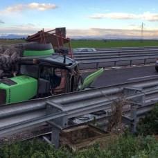 """La carreggiata in direzione nord della strada statale 16 """"Adriatica"""" è temporaneamente chiusa al km 685,000, a Foggia, a causa di un incidente. Il traffico prosegue lungo la complanare dello svincolo per Borgo Incoronata"""