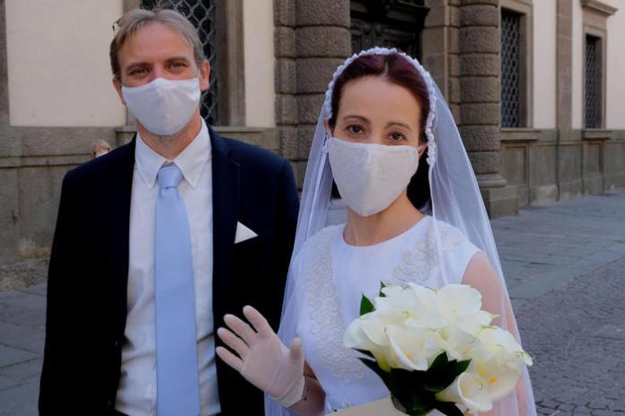 Giuliano Spolaori e Silvia Lovison indossano mascherine sanitarie in occasione del loro matrimonio, Padova, 9 Maggio 2020. ANSA