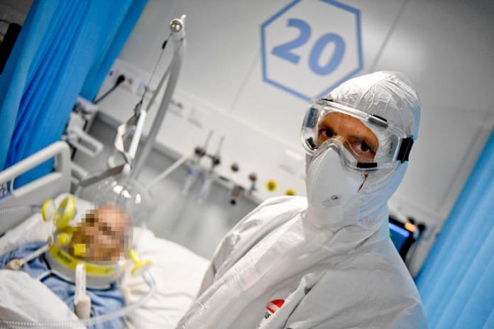 Medici ed infermieri al lavoro nei reparti di terapia intensiva dell' ospedale modulare Covid allestito nell'area dell' Ospedale del Mare, Napoli 20 ottobre 2020ANSA / CIRO FUSCO