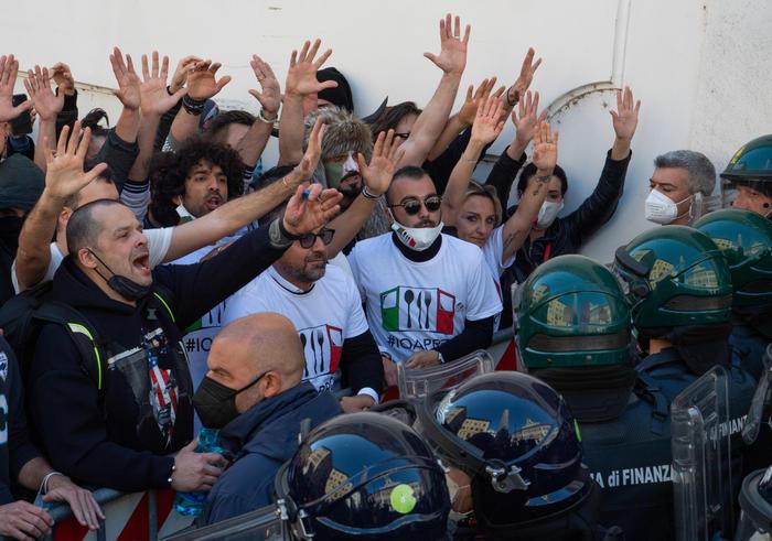 La manifestazione di commercianti e ristoratori, tafferugli davanti a Montecitorio: ferito un agente