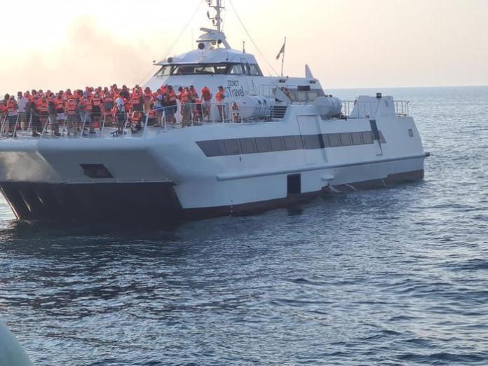 Incendio su traghetto per Tremiti, trasferiti sessanta passeggeri