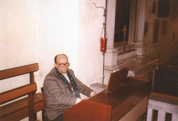 Gaetano Lauriola detto -Tanine u sagrestene- organista, cantore e sagrestano per anni della chiesa di S.Matteo. Nella foto. Lauriola, nella chiesa cimiteriale (1)