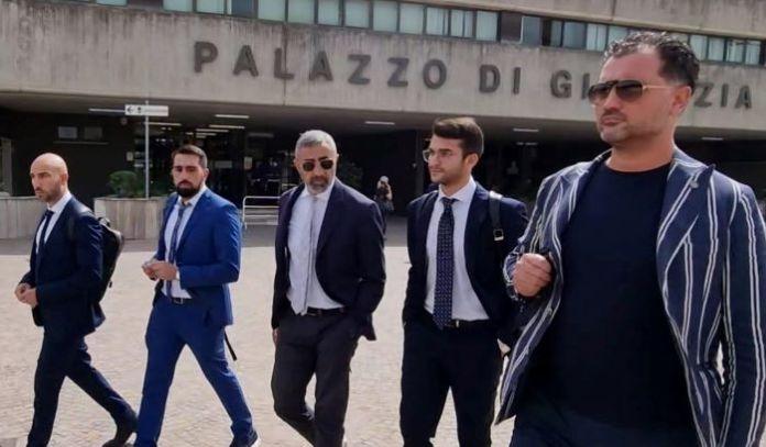Leonardo Iaccarino con i legali (ph Enzo Maizzi)
