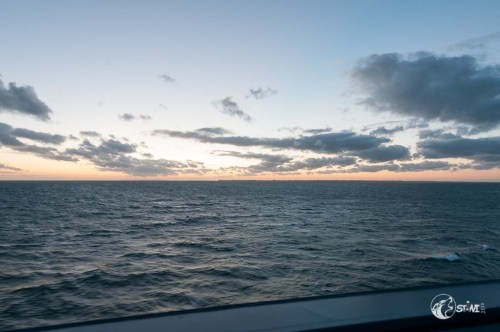 Auf See dem Sonnenuntergang entgegen.