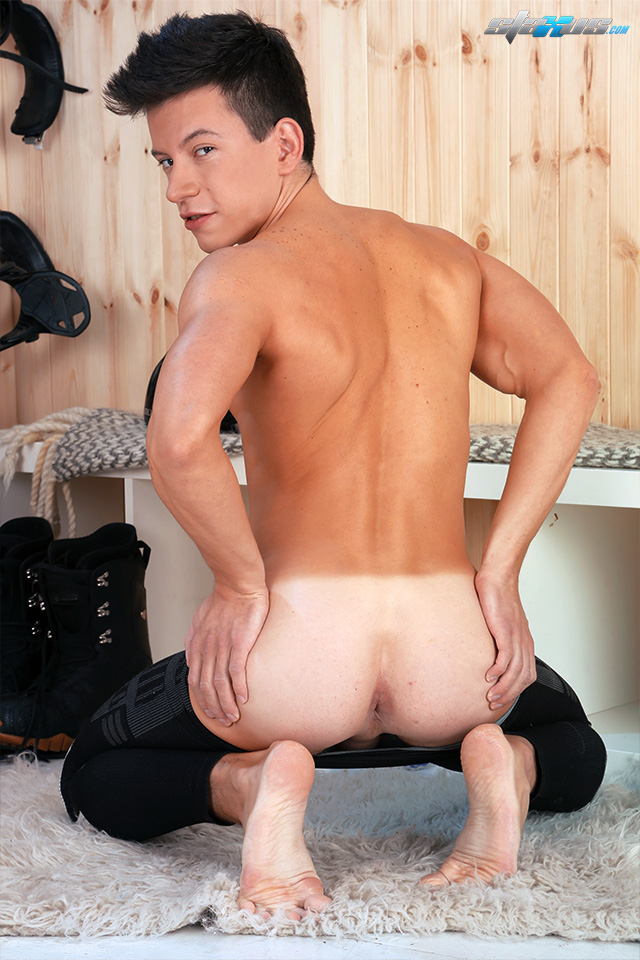 New hottie bottom guy Kris Wallace arrives at Staxus (3)