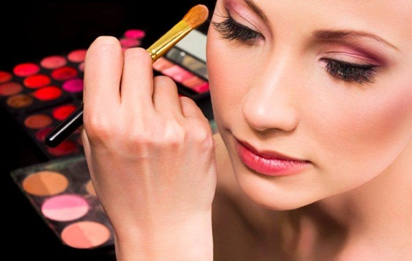 Easy-Ways-of-Becoming-a-Make-up-Artist-2