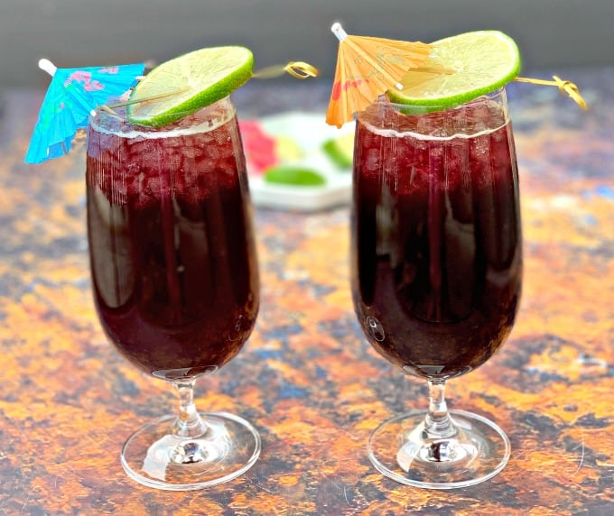 2 glasses of keto low carb red wine sangria with a lime