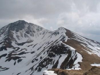 Još malo do vrha Ineu (levi vrh na slici)