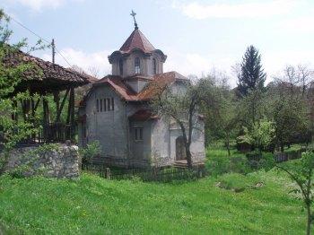 Crkvica Sv.Ilije u selu Bucje pored koje prolazi trek