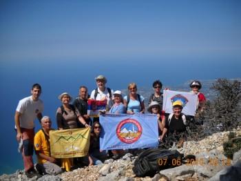 Planinari na vrhu planine Enos