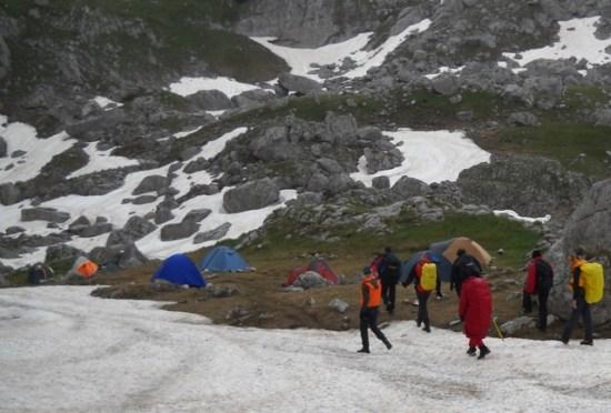 Povratak planinara sa uspona u kamp