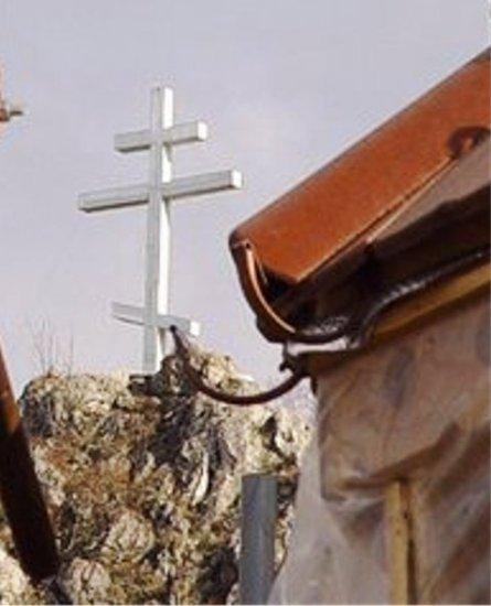 Krst, postavljen u steni iznad manastira