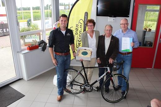 Gek van Fietsen en Wethouder Michel du Chatinier zetten de vereniging in het zonnetje