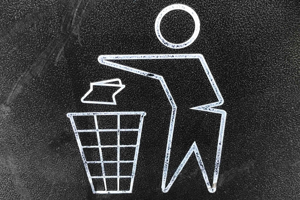Icon of figure throwing out trash as part of a guide to green marketing