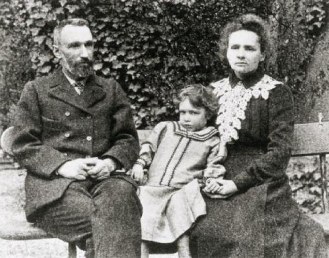 좌로부터 피에르 퀴리와 큰딸 이렌, 그리고 마리퀴리. 위키미디어 제공