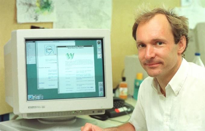 팀 버너스리 영국 옥스퍼드대 교수가 유럽입자물리연구소(CERN)에 재직하던 1994년에 CERN 및 자신이 1989년 제안한 월드와이드웹(WWW) 화면을 띄운 컴퓨터 앞에 앉아 있다. 사진 제공 CERN