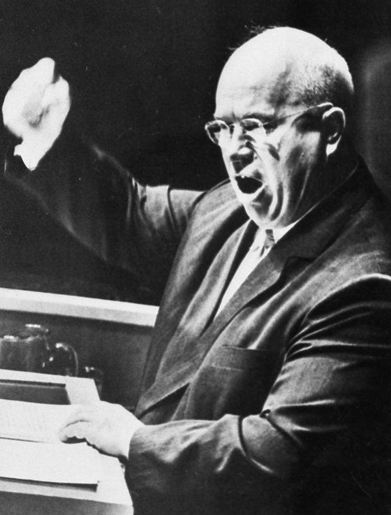 1960년 제15차 유엔총회에서 연설하는 니키타 흐루쇼프 소련 공산당 제1서기. 이날 흐루쇼프는 필리핀 대표가 소련과 동유럽 위성국의 자유와 인권 문제르 거론한 것에 불같이 화를 내며 자신의 연설 도중 구두를 벗어 탁자를 쳤다. [중앙포토]