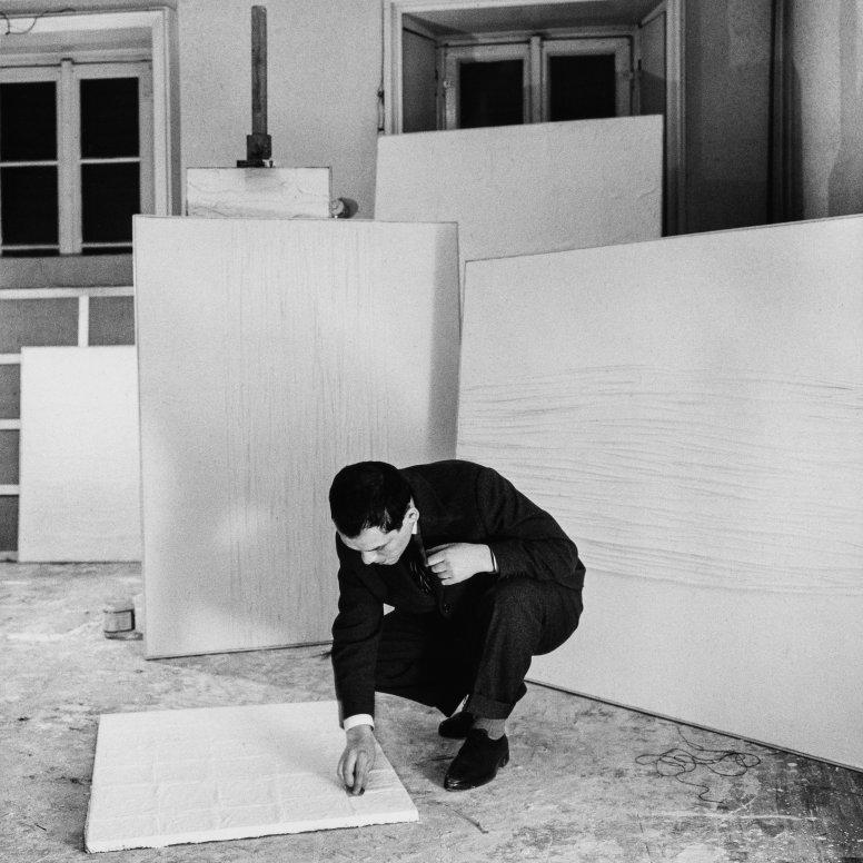 Manzoni in his studio, Milan, 1958, Photography Ennio Vicario - ©Pictoright Amsterdam 2019