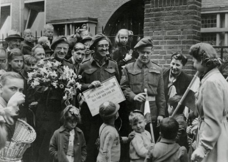 Canadese militairen ontvangen een oorkonde van een kleuterschool in Schiedam, mei-augustus 1945, Fotocollectie Gemeentearchief Schiedam