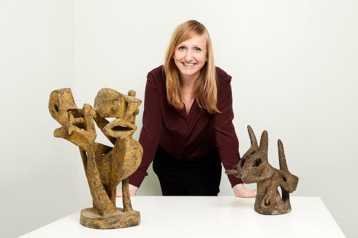 Directeur Anne de Haij met twee aanwinsten: beeldjes van Lotti van der Gaag. Fotografie: Aad Hoogendoorn