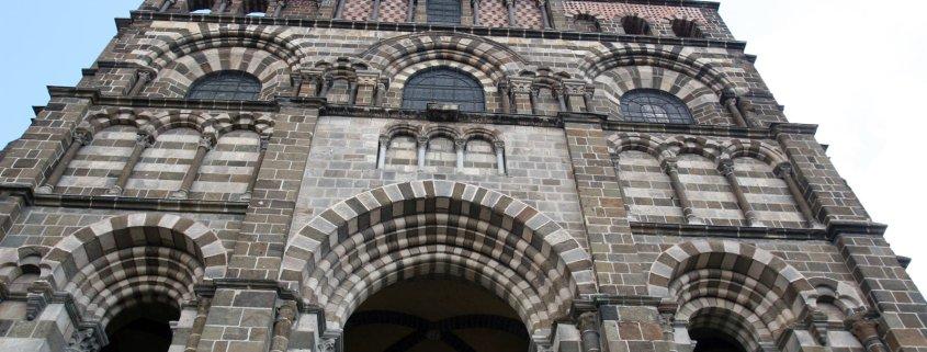 De voorgevel van de kathedraal van Le Puy en Valey in de Auvergne Frankrijk