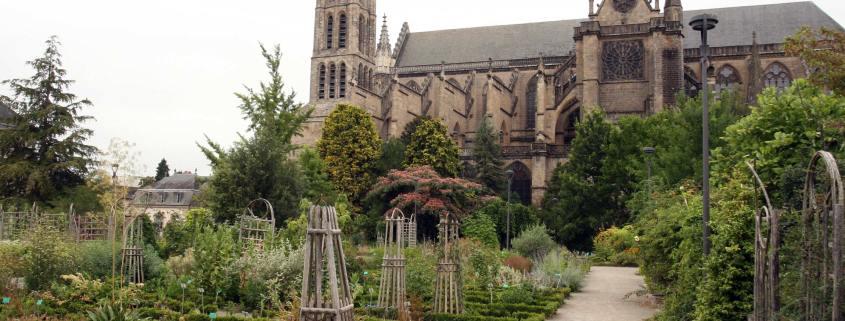 De Kathedraal met daarvoor de botanische tuin in Limoges