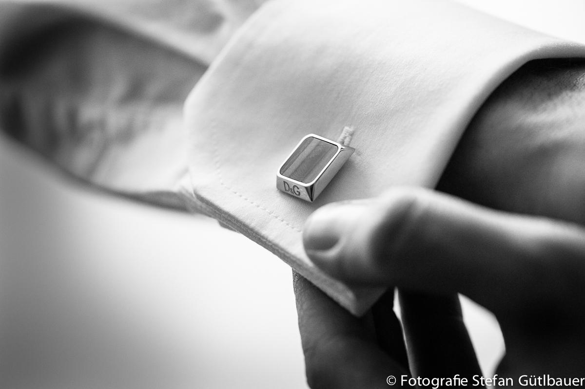 Bräutigam beim ankleiden