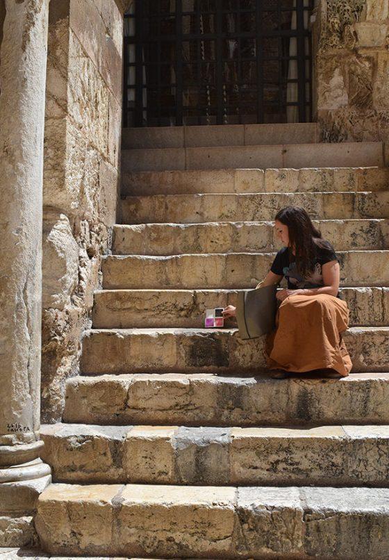 L'artista Stefania Bressani abbandona un'opera d'arte sulle scale del Santo Sepolcro a Gerusalemme
