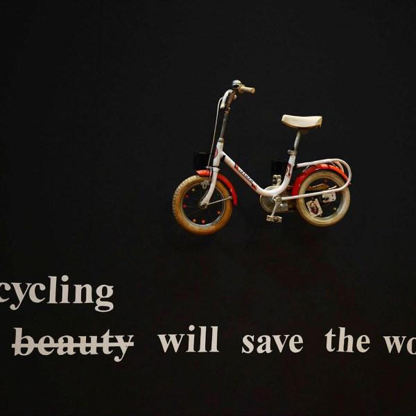 Allestimento della mostra dedicata ai doni d'arte sulle biciclette