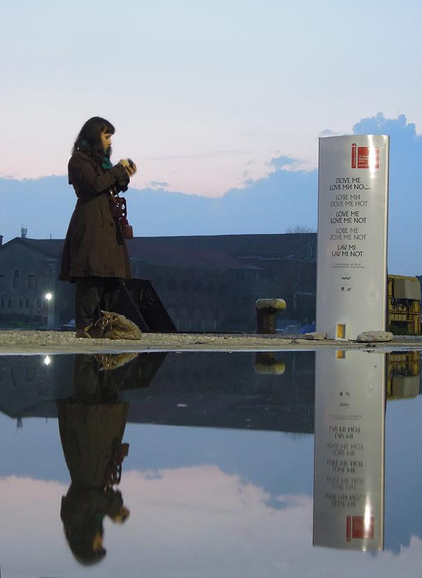 Stefania Bressani fotografa un dono d'arte al tramonto riflesso nell'acqua