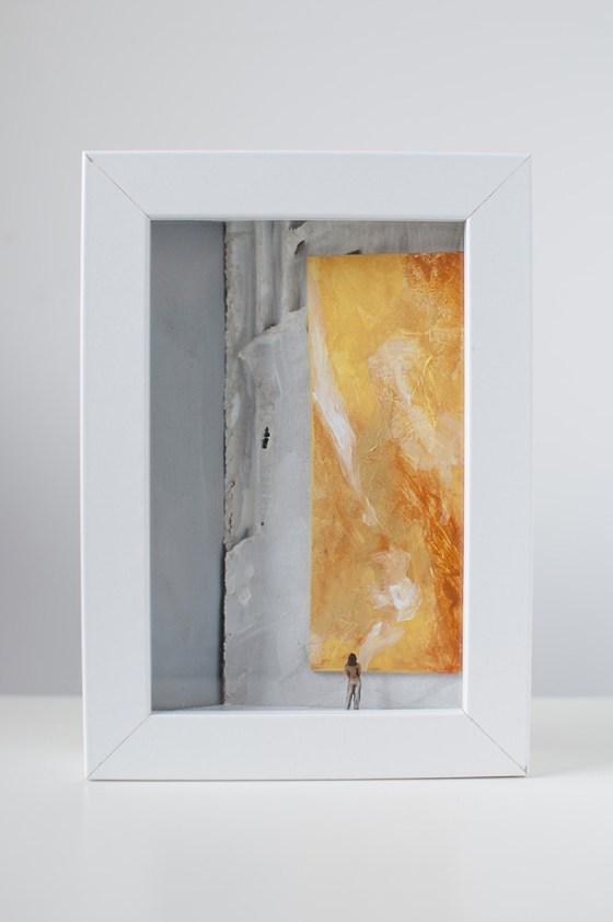 dDono d'arte per la Biennale di Venezia una donna osserva un quadro giallo monocromo