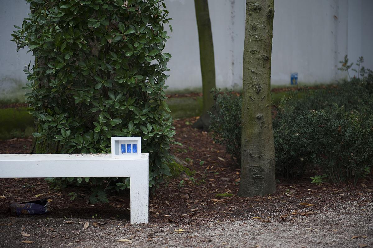 quadro abbandonato su una panchina bianca