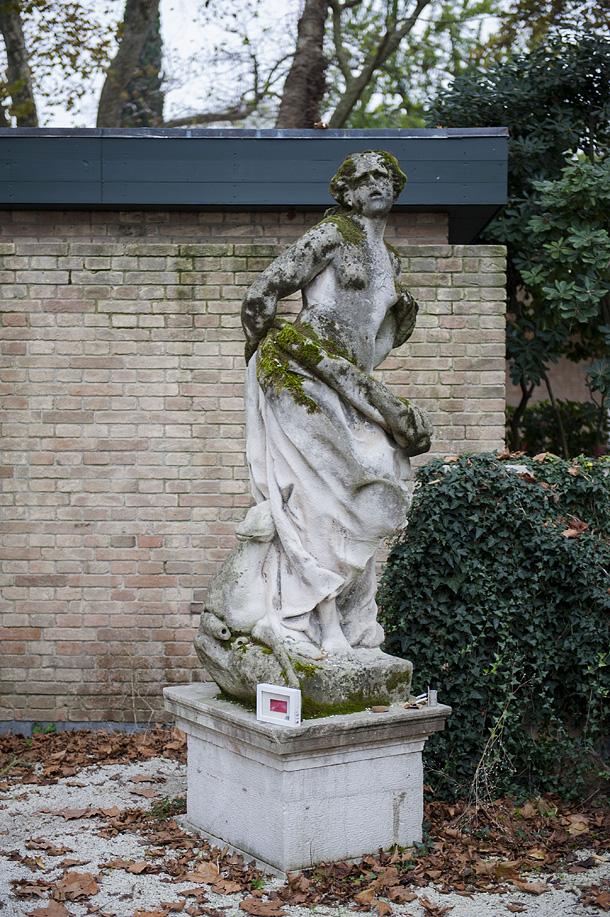Dono d'arte lasciato ai piedi di una statua resso i giardini della Biennale di Venezia
