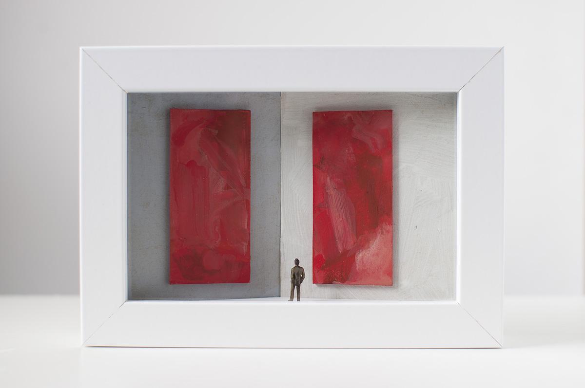 Dono d'arte per la Biennale di Venezia un uomo osserva due quadri rossi monocromi