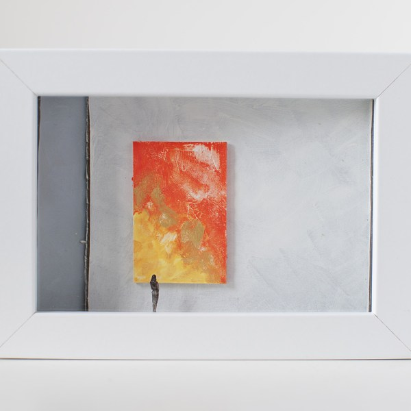 Dono d'arte per la Biennale di Venezia una donna osserva un quadro giallo e arancione